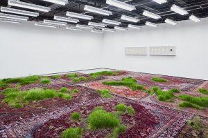 Az örök perzsaszőnyegek és a mulandóság ambivalens installációja