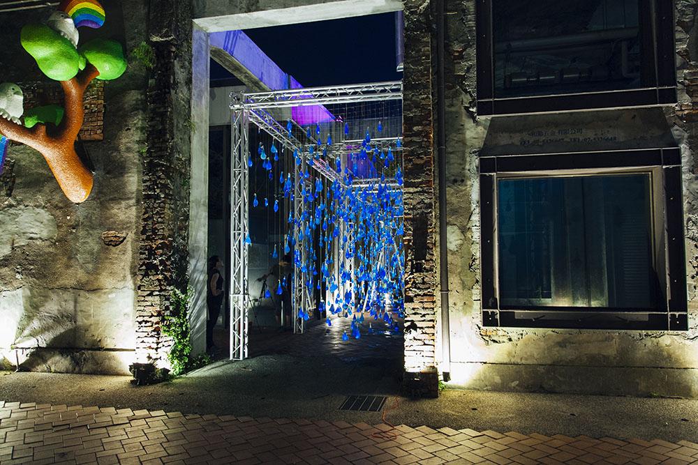 Interaktív eső installáció gumióvszerekből – Nemigen! Magazin